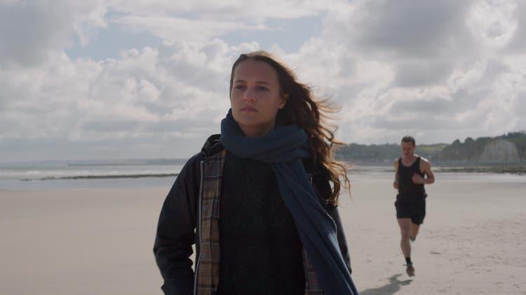 Dani Flinders (Alicia Vikander) und James More (JamesMcAvoy) begegnen sich an einem Strand in der Normandie. (Bild: Ascot Elite)