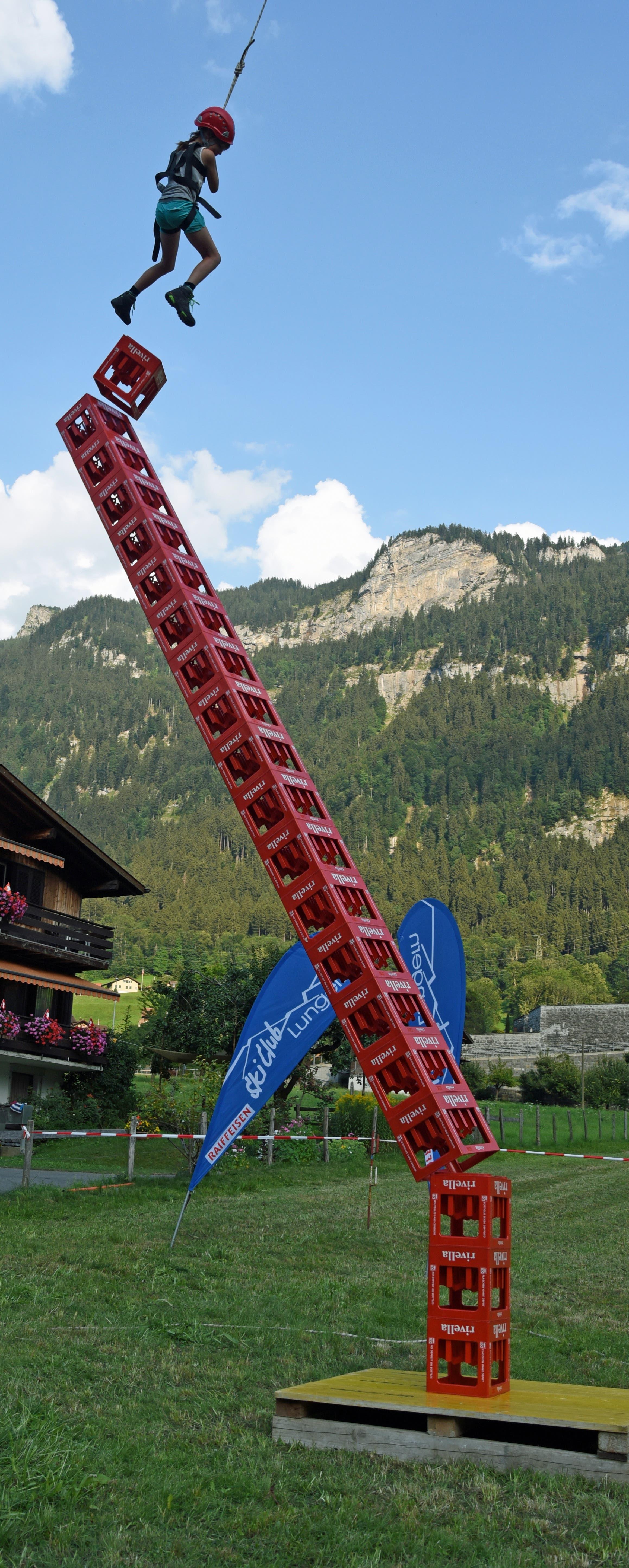 Einen Turm von 20 Mineralwasserharassen schaffte die 9-jährige Alena, bevor das Bauwerk aus dem Gleichgewicht geriet.