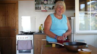 Babette Bühler bereitet den Zmittag vor. (Bilder: Corinne Hanselmann)