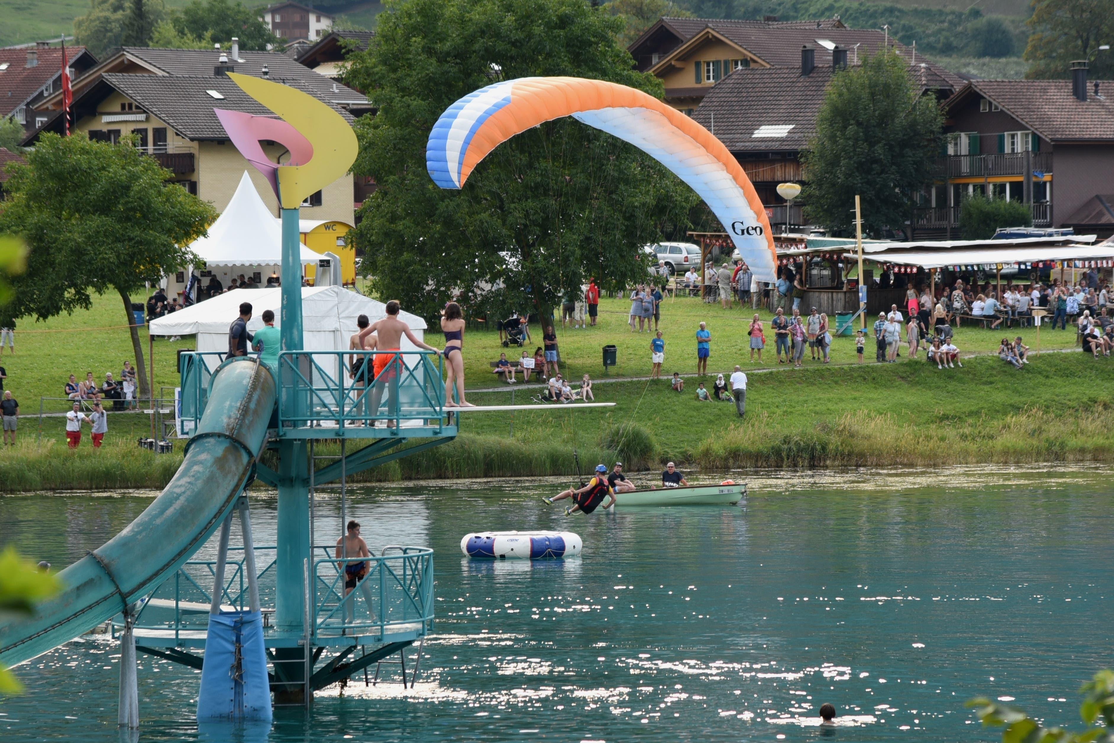 Am Seefest gab es besondere Attraktionen - so auch  Gleitschirm-Showflüge mit (versuchter) Ziellandung im Seebecken. (Bilder Robert Hess (Lungern, 31. Juli 2018))