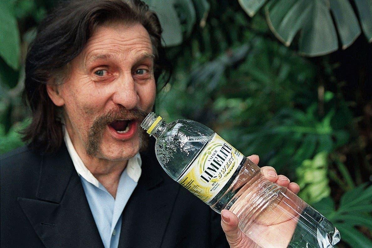 Luigi Colani und seine Flasche für Valser. (Bild: Martin Rütschi/Keystone)