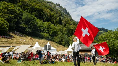 Fahnenschwinger auf dem Rütli. (Bild: Philipp Schmidli/LZ)