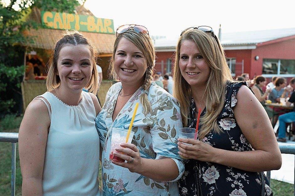 Am meisten durstlöschend für Andrina Hostettler, in der Mitte umgeben von Sylea Spies und Michelle Keller, ist ein Zitronen-Gurkenwasser.