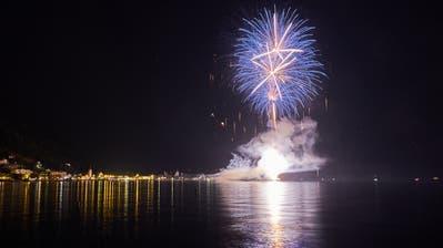 Zuschauer geniessen farbenfrohes Spektakel im Urner Seebecken