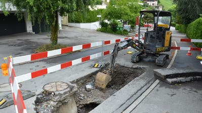 In der Gruobstrasse wurde ein Graben aufgerissen, um die Wasserleitungsbrüche zu reparieren. (Bild: Franziska Herger (Ennetmoos, 10. August 2018))