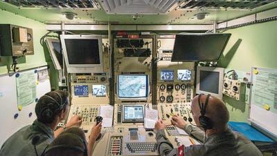 Die Bodenstation ist quasi das Cockpit der Drohne: rechts der Pilot, links der Payload-Operator, der die Kameras bedient. ((Bild: Christian Beutler, Keystone (Emmen, 20. August 2013))