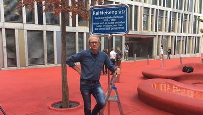 Hans Fässler vor der überklebten Namenstafel auf dem Roten Platz.(Bild: Christoph Renn)