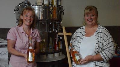 Esther Schaefer-Meier und Patricia Dähler mit je einer Flasche ihrer neuen Kreation (Bild: David Grob)