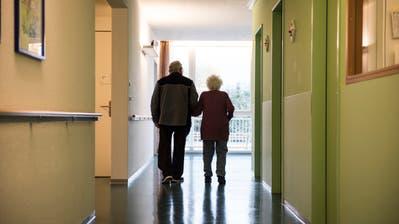 Wenn Betroffene oder die Krankenversicherung die Pflegeheimkosten nicht berappen können, müssen Kantone oder Gemeinde einspringen. (Bild: Sabrina Stübi/Archiv)