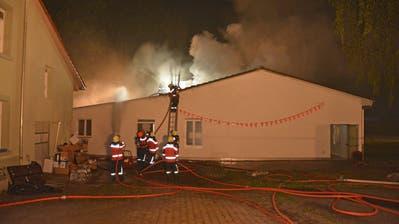 Die Feuerwehrleute decken Teile des Daches der Mehrzweckhalle ab. (Bild: Kapo TG)