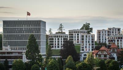Moderne Stadtvillen auf dem Chrüzacker beim Bundesverwaltungsgericht im Kontrast mit der «Militärkantine». (Bild: Benjamin Manser)