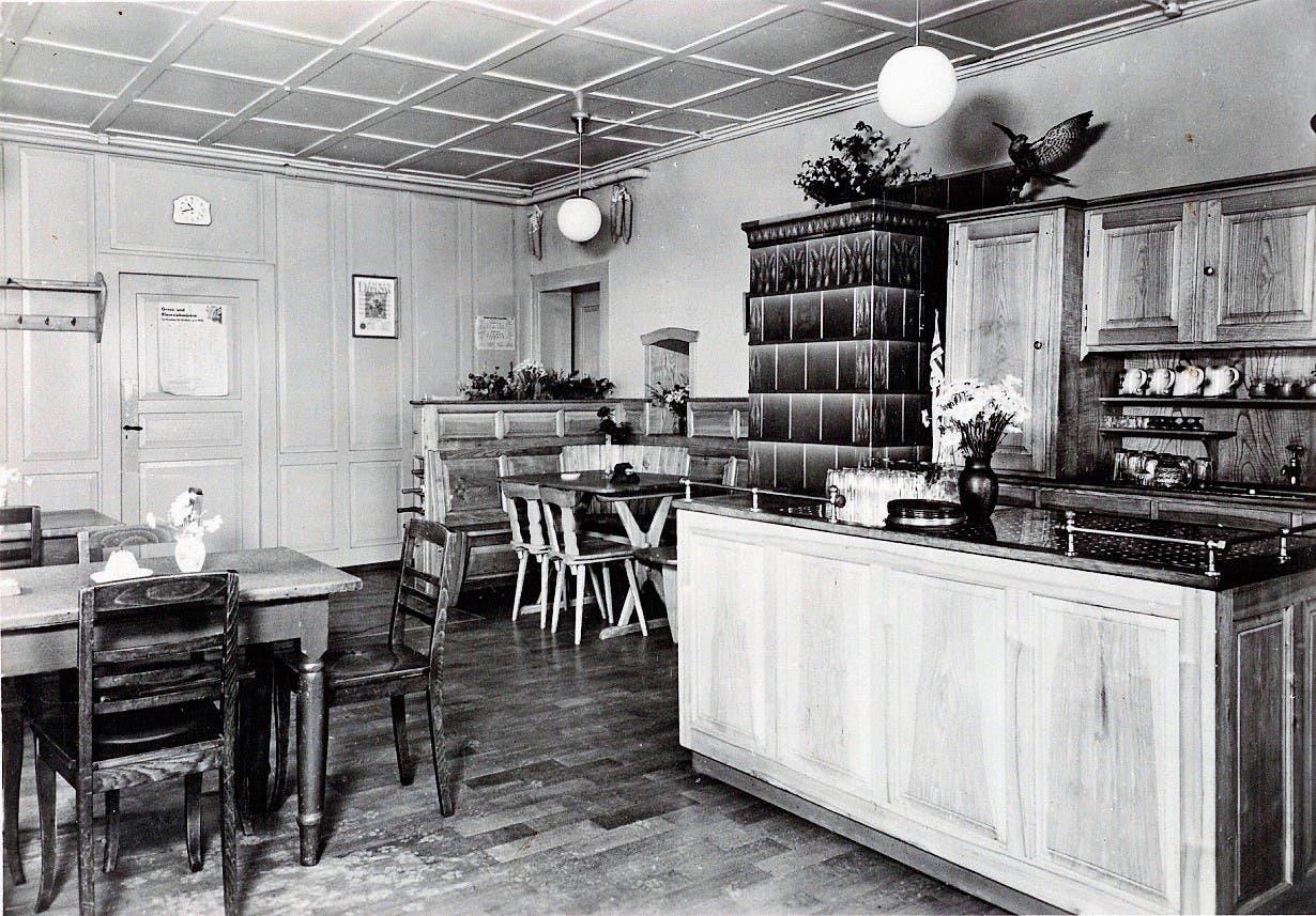 Die alte Gaststube mit Buffet und Kachelofen.