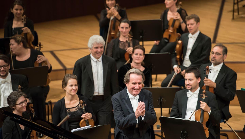 Jubiläums-Applaus für Pianist Rudolf Buchbinder (vorne),  Dirigent Peter Oundjian und das Luzerner Sinfonieorchester. (Bild: LF/Priska Ketterer, 14. August 2018)