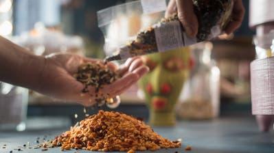 Nanna Rittgardt verbindet mit ihren Gewürzmischungen im Laden Nanna Bunte Küche am Spisertor Tradition mit Kreativität. Sie ist ein klassischer Nischenanbieter. Diese sind das Salz in der Suppe des Detailhandels im Stadtzentrum. (Bild: Michel Canonica)