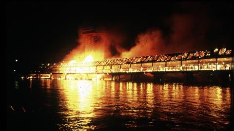 Die Kapellbrücke brannte lichterloh. (Archivbild LZ/Nique Nager)