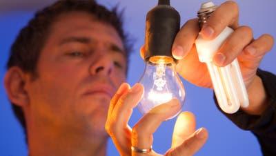 Glühbirnen gegen Energiesparlampen tauschen: Eine Energiesparmethode für den Alltag. (Bild: Fotalia)