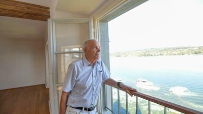 Alfred Muggli in der einzigen Wohnung im vierten Stock desTurmhofsmit Blick über den Untersee auf die Halbinsel Höri. (Bild: Donato Caspari)