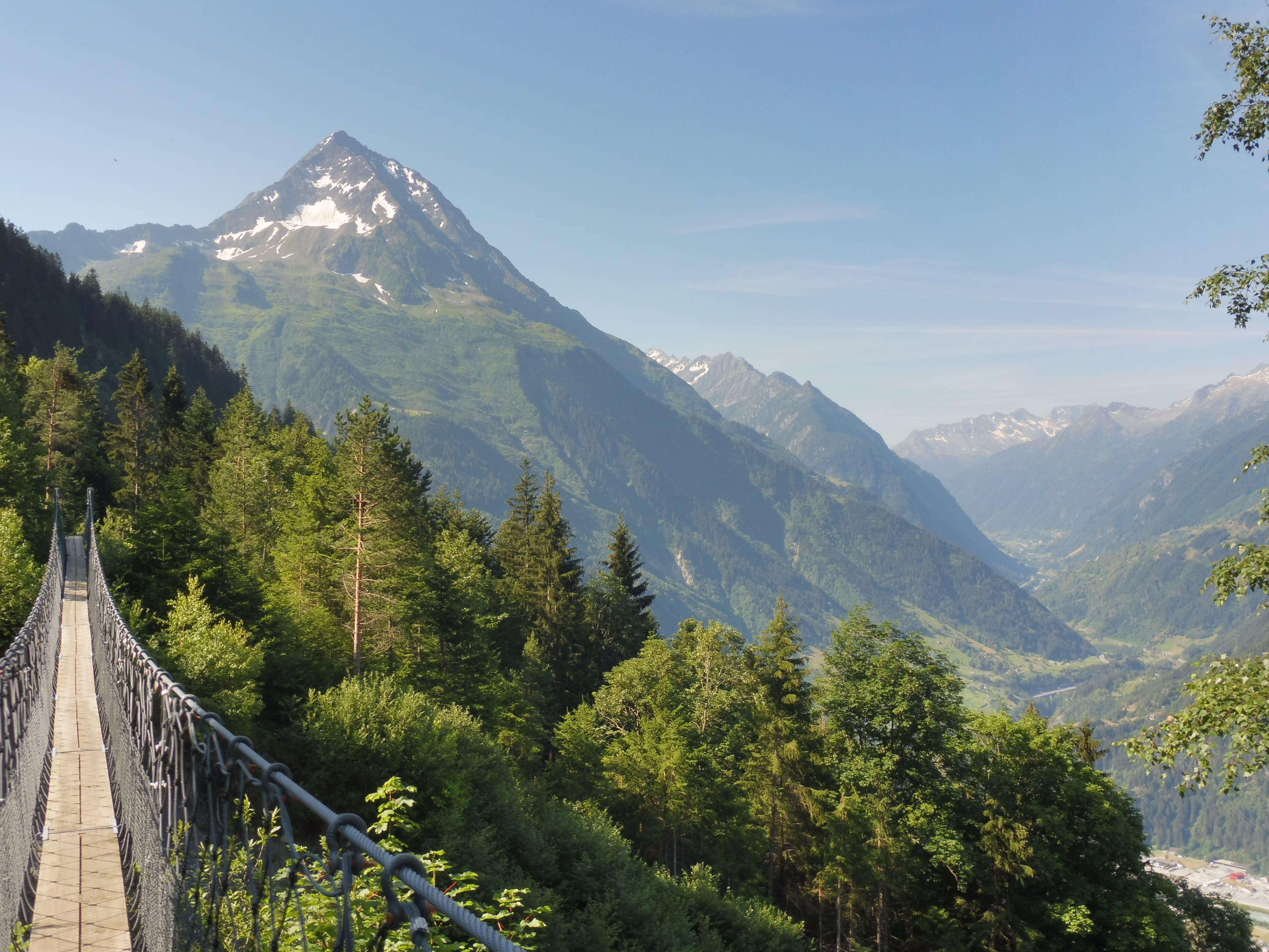 Ein Paradies für Wanderer ist der «Höhenweg Silenerberge», der von den Chilcherbergen in Silenen bis zum Ziel auf Golzern oberhalb von Bristen führt. Eine besondere Attraktion stellt dabei die Hängebrücke über den Schipfenbach dar. Im Hintergrund ist der Bristen zu sehen. (Bild: Mirjam Jauch, Silenen, 8. Juli 2018)
