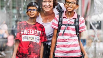 Mentorin Claudia Meier mit den beiden tamilischen BubenKabizan (links) und Shathuzan auf dem Europaplatz. (Bild:Eveline Beerkircher (Luzern, 14. August 2018))