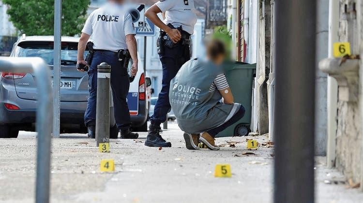 Polizisten sichern den Tatort einer Messerstecherei in Périgueux. (Bild: Arnaud Loth/Keystone; 13. August 2018)