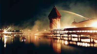 Gespenstischer Anblick: Die brennende Kapellbrücke mitten in der Nacht – die Löscharbeiten sind noch im Gang. Es ist das meist abgedruckte Bild des Brandes. (Bild: Ruth Tischler (Luzern, 18. August 1993))