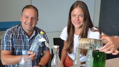 Rolf Marti und Noemi Solombrino mit einigen Abfall-Müsterchen aus dem Untersee. (Bild: Margrith Pfister-Kübler)