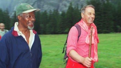 Eine besondere Freundschaft verband alt Bundesrat Adolf Ogi mit Kofi Annan. Im August 2000 wanderte Ogi mit dem Uno-Generalsekretär im Gasterntal bei Kandersteg. (Bild: KEYSTONE/ARTHUR SIEBER)