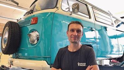 VW-Bus-Experte Patrick Finger. (Bild: Dominik Buholzer)
