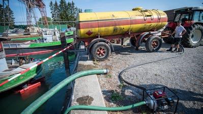 Aufgrund des Bewässerungsverbots pumpt ein Obstbauer am Güttinger Kieshafen Wasser aus dem Bodensee. (Bild: Reto Martin)