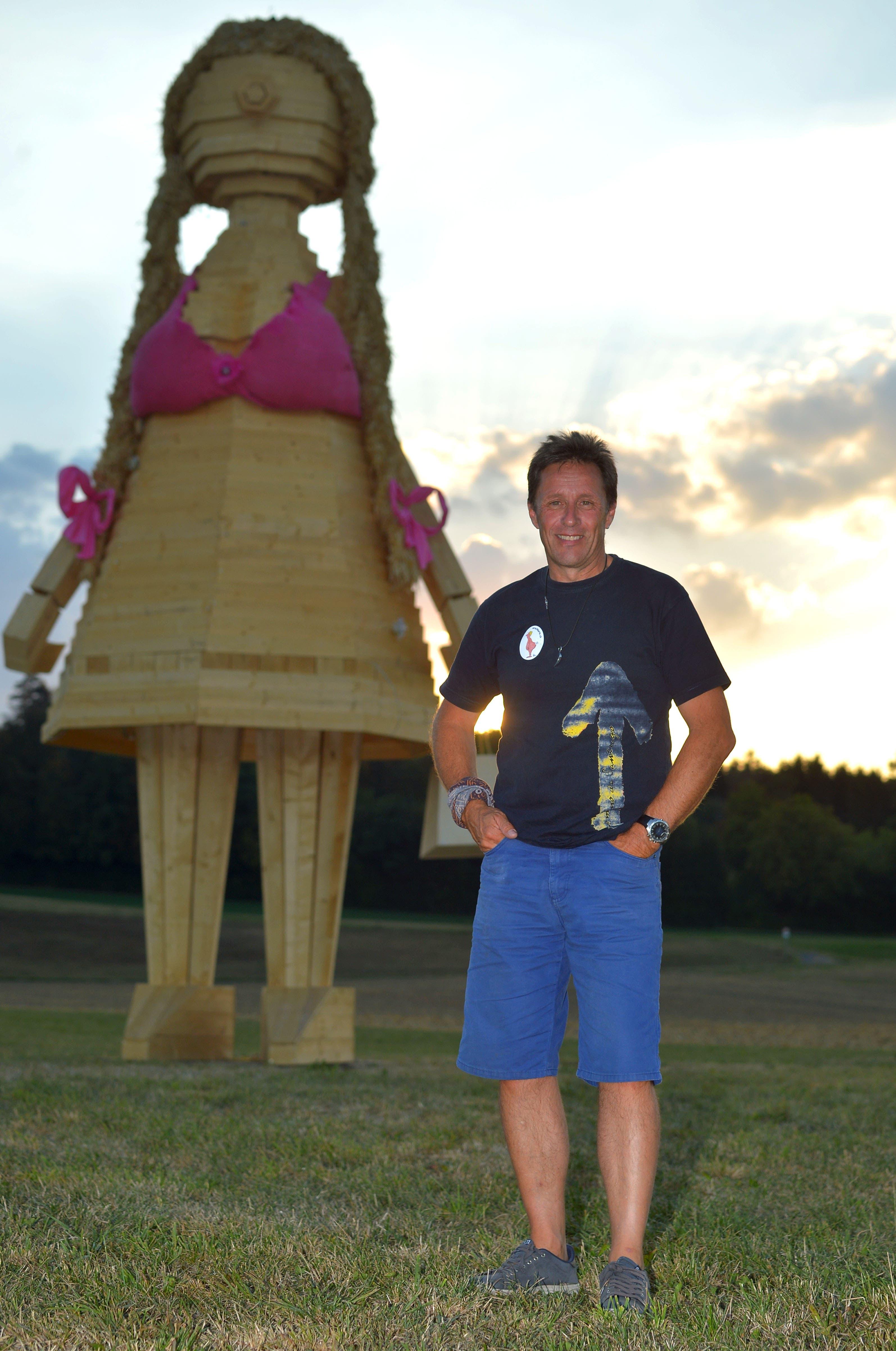 Daniel Schmid, Präsident des Arschkarten Clubs Strohwilen vor seiner Burnina.