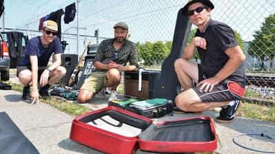 Daniel Hug, Jonathan Winkler und Hannes Herger stellen ihre getrocknetes Equipment nach dem Trocknen zusammen. Die Luzerner Band «Hermann» musste während des Konzertes fluchtartig die Bühne verlassen. (Bild: Max Eichenberger)