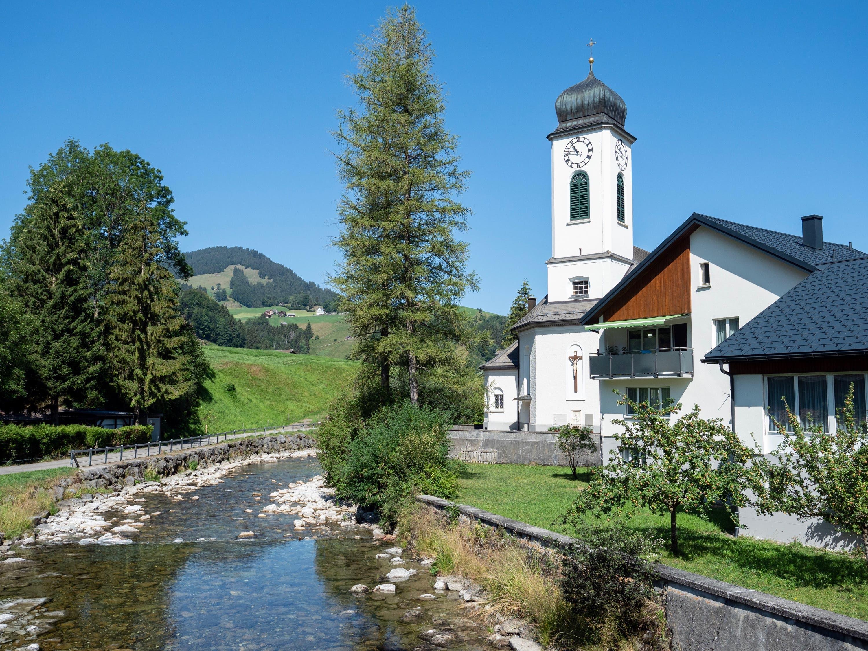Bereits nach Stein sorgen die Zuflüsse dafür, dass die Thur wenigstens ein bisschen Wasser führen kann. (Bild: Sascha Erni)