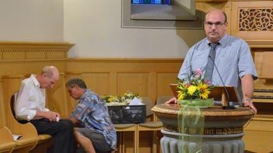 Kirchenpräsident Rolf Zimmermann wartet bis die Stimmenzähler das Ergebnis der Abstimmung ausgezählt haben. (Bild: Christoph Heer)