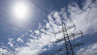 Die CKW senkt die Preise. Im Bild: Ein Strommasten. (KEYSTONE/Gaetan Bally)
