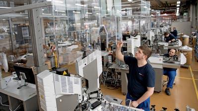 Ein Mitarbeiter von Komax prüft eine Kabelverarbeitungsmaschine. (Bild: Boris Bürgisser (Dierikon, 26. Januar 2017))