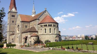 Der Friedhof Reussbühl befindet sich direkt vor der Kirche St. Philipp Neri.