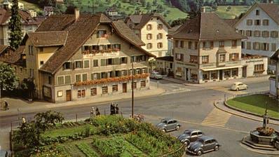 Der Dorfplatz mit Garten, Dorfbrunnen und dem Gasthaus zur Linde um 1960. (Bild: Archiv Museum im Bellpark, Kriens)