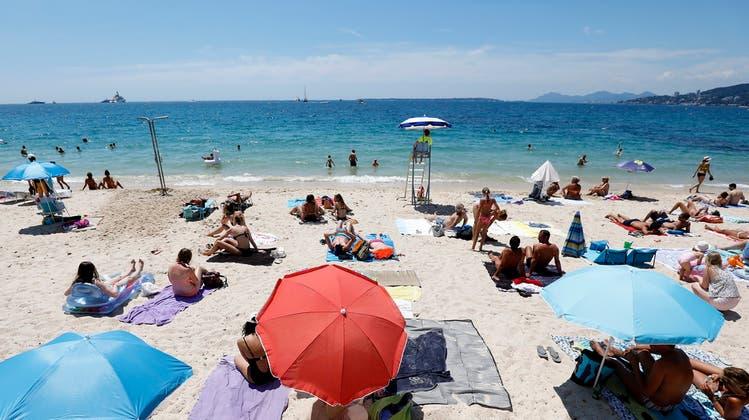 Auch das Wasser an diesem Strand in Südfrankreich war dieses Jahr überdurchschnittlich warm. (Bild: Sebastien Nogier/EPA; Antibes, 29. Juni 2018)