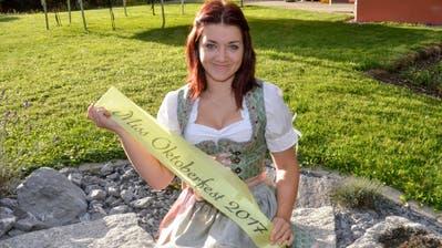 Miss Oktoberfest Tannzapfenland 2017 Larissa Klammsteiner übergibt am 14. September die Schärpe an ihre Nachfolgerin. (Bild: Christoph Heer)