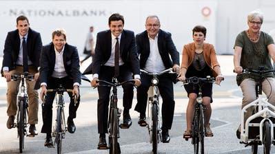 Die Velo-Allianz ist ohne Gegenwind unterwegs. Von links: Die Nationalräte Thierry Burkart (FDP/AG), Jürg Grossen (GLP/BE), Thomas Ammann (CVP/SG), Matthias Aebischer (SP/BE), Lisa Mazzone (Grüne/GE) und Rosmarie Quadranti (BDP/ZH). (Bild: Key/Peter Schneider (Bern, 23. August 2018))