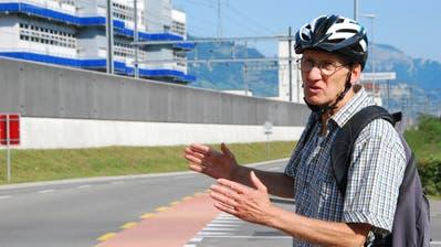 Alf Arnold findet die Verkehrsführung am Kreisel Wysshus Ost nicht velofreundlich. (Bilder: Carmen Epp, (23. August 2018)