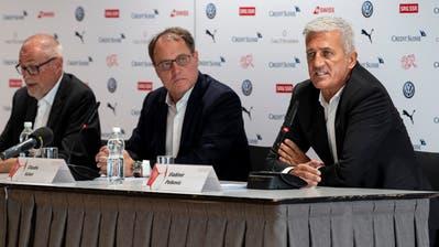 Peter Gillieron, Präsident des SFV, rechts, und Nationalcoach Vladimir Petkovic. (KEYSTONE/Georgios Kefalas)