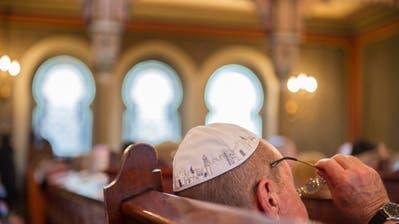Auch in der Synagoge an der Frongartenstrasse tragen Männer eine Kippa, die jüdische Kopfbedeckung.Bild: Urs Bucher (26. August 2012)