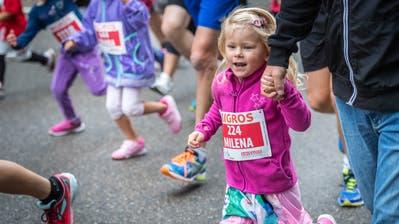 Der Start des Stadtlaufs Frauenfeld in der Kategori der jüngsten: Mutter-Kind, Vater-Kind. (Bild: Andrea Stalder)