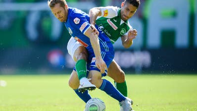 St.Gallens Nassim Ben Khalifa im Zweikampf mit LuzernsChristian Schwegler.