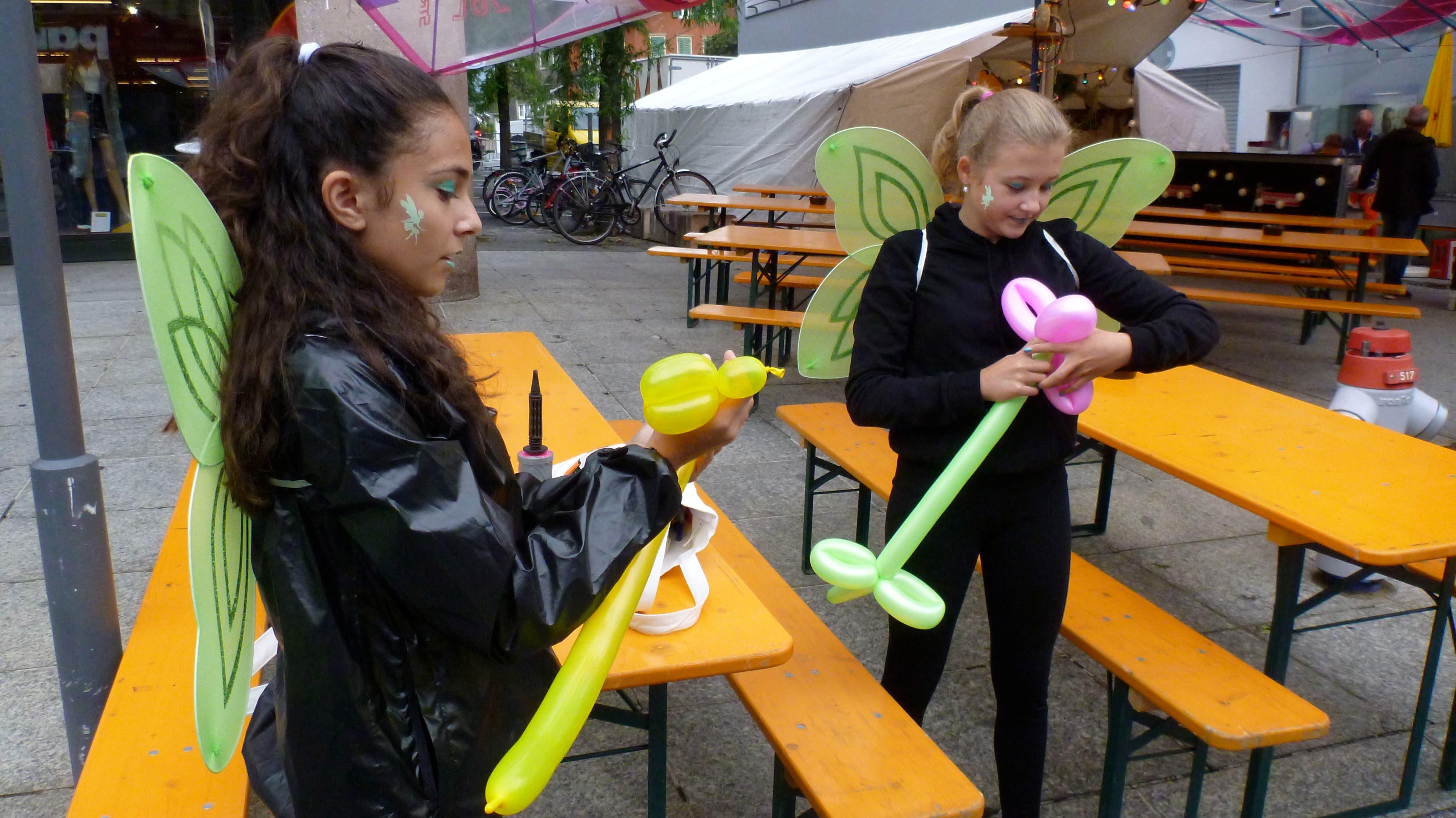 Diese «Schmetterling»-Mädchen stellen Ballonfiguren her.