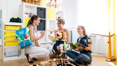 Von links: Corinne Christen, Leiterin der Kompass-Schule, Kindergärtnerin Sibylle Renggli und Basisstufenlehrerin Livia Schwander. (Bild: Philipp Schmidli (Horw, 22. August 2018))