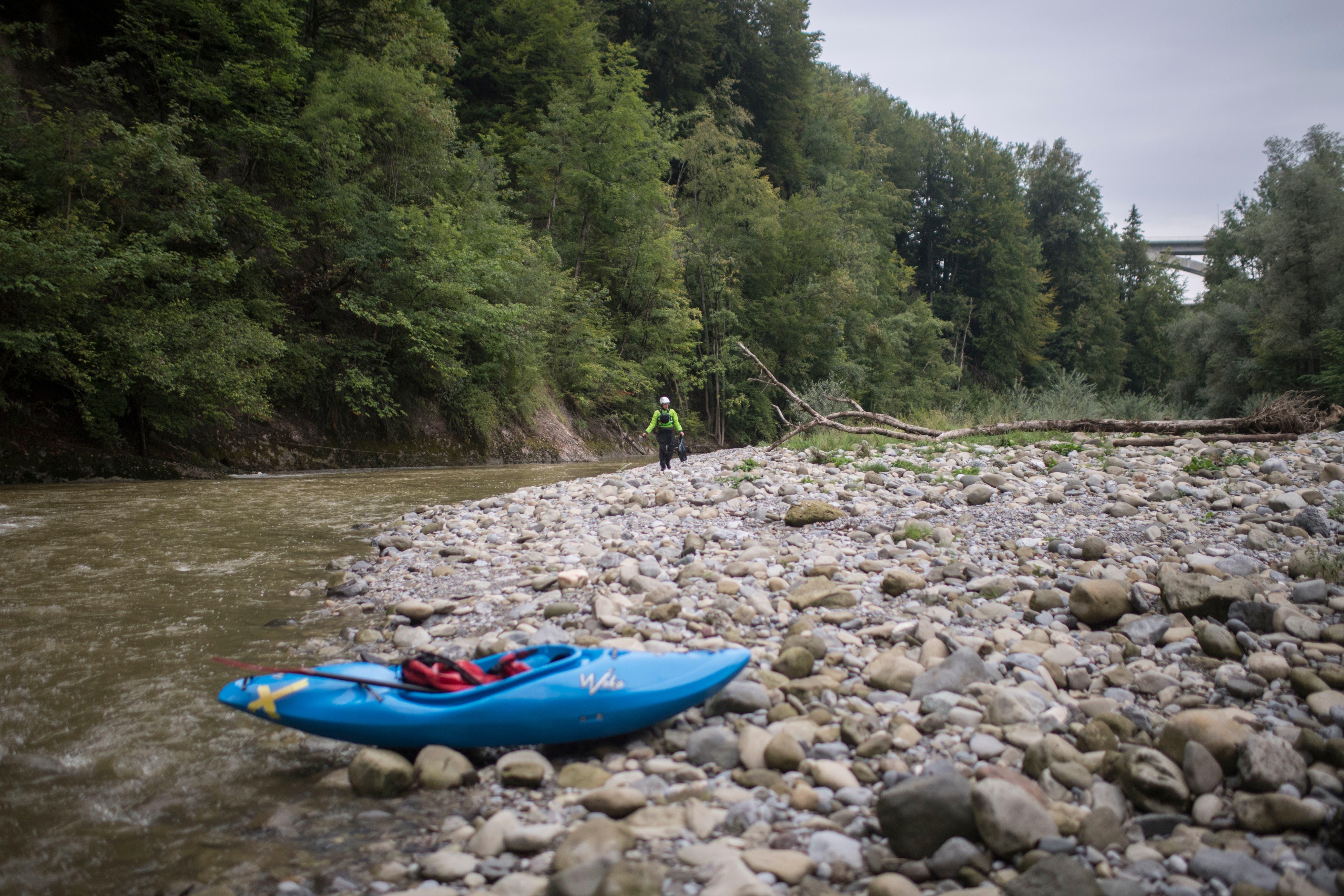 Der Kanuclub St.Gallen bei einer sogenannten 'Bachputzete', bei der das Ufer der Sitter von liegengelassenen Abfall gereinigt wird. (Bild: Benjamin Manser)