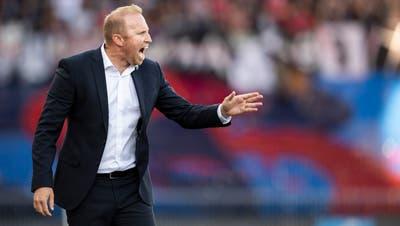 Zürichs Trainer Ludovic Magnin regt sich gegen Basel über einen Fehlentscheid auf (Bild: Ennio Leanza/KEY).