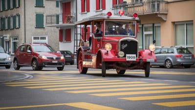 Die rote «Helene» am Montagabend auf dem Weg ins neue Feuerwehrmuseum. Dort wird die ehemalige Motorspritze der Stadtfeuerwehr zu den Hauptattraktionen gehören. (Bild: Urs Bucher)